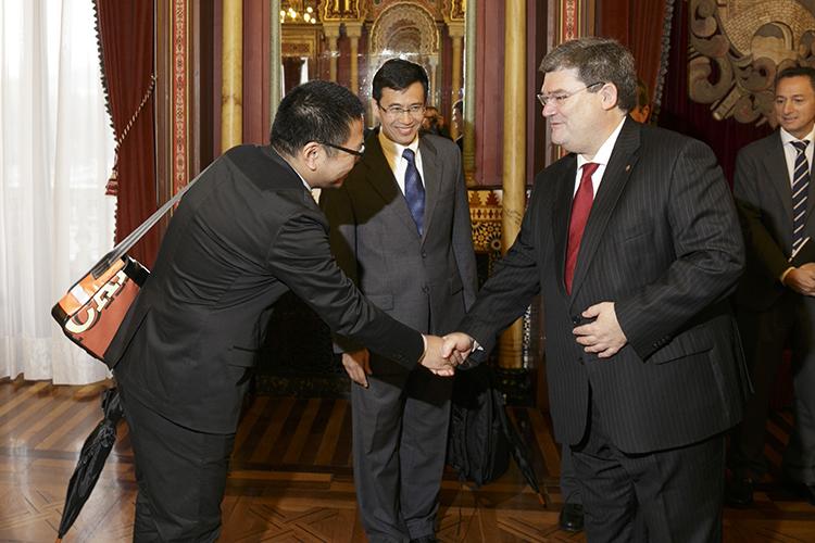 22/09/2015. El Alcalde de Bilbao, Juan Mari Aburto, saludó a los Líderes