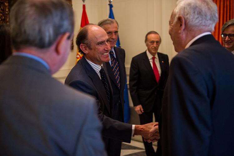El presidente de la FCEC, Juan Lladó, saluda al ministro de Asuntos Exteriores y de Cooperación