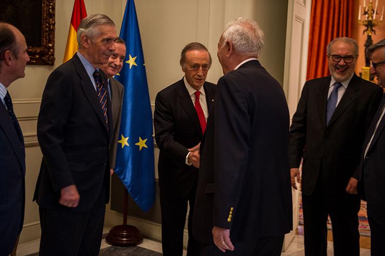 José Manuel García-Margallo saluda al presidente de Bodegas Torres