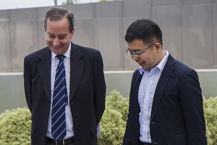 Alonso Dezcallar, secretario general de la FCEC, conversa con Wang Shifeng