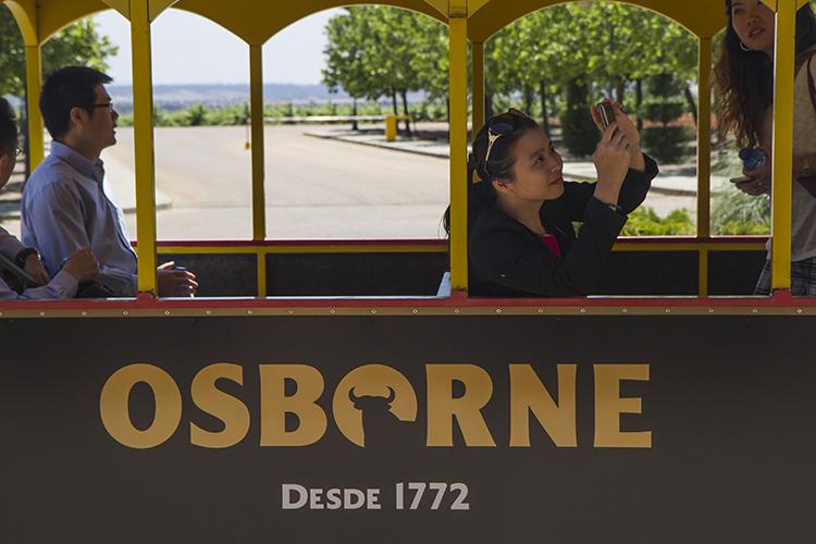 Imagen del recorrido que los Líderes Chinos realizaron por las instalaciones de Bodegas Osborne