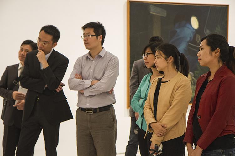 Los participantes en el Programa Futuros Líderes Chinos recibieron detalladas explicaciones durante el recorrido