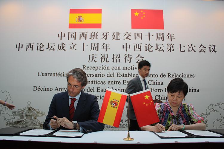 Iñigo de la Serna, alcalde de Santander y presidente de la FEMP, y Li Xiaolin, presidenta de la Asociación de la Amistad del Pueblo Chino con el Extranjero, durante la firma de acuerdos entre ambas instituciones.