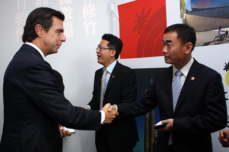 El ministro José Manuel Soria durante su encuentro con touroperadores chinos.