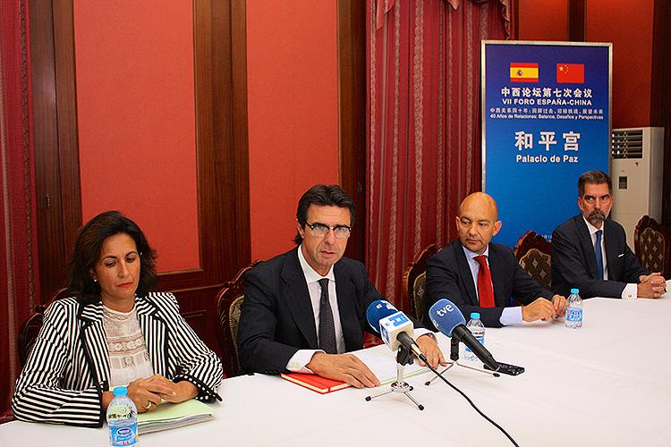 Imagen de la rueda de prensa del ministro de Industria, Energía y Turismo, José Manuel Soria, ofrecida en Pekín durante el VII Foro España-China.