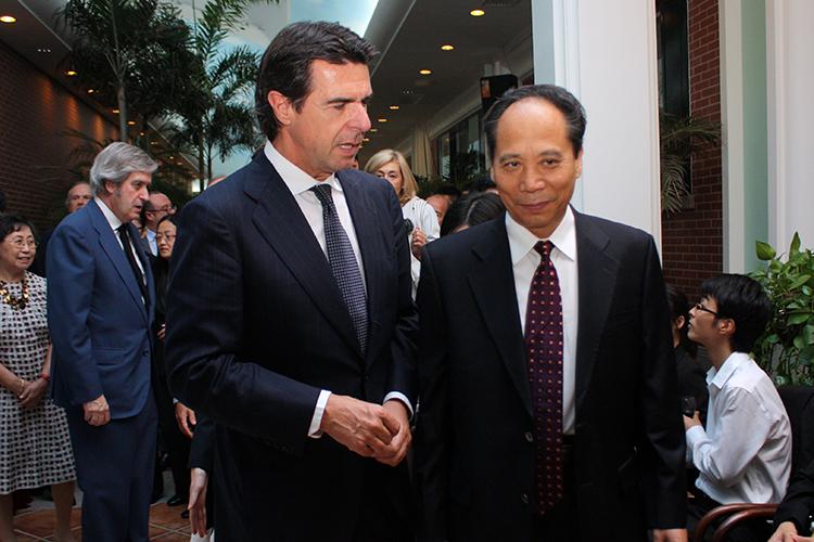 Imagen del encuentro entre el ministro de Industria, Energía y Turismo, José Manuel Soria, y el vicepresidente de la Asamblea Popular Nacional china, Li Binxuan.