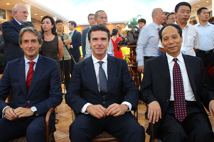Imagen del encuentro entre el ministro de Industria, Energía y Turismo, José Manuel Soria (centro), y el vicepresidente de la Asamblea Popular Nacional china, Li Binxuan (dcha.).