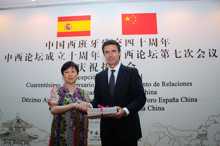 Foto del ministro de Industria, Energía y Turismo, José Manuel Soria, y Li Xiaolin, presidenta de la Asociación de la Amistad del Pueblo Chino con el Extranjero.