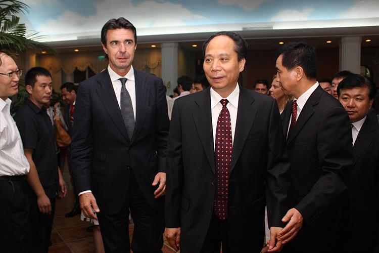 El ministro de Industria, Energía y Turismo, José Manuel Soria, y el vicepresidente de la Asamblea Popular Nacional china, Li Binxuan, durante la clausura del VII Foro España-China.