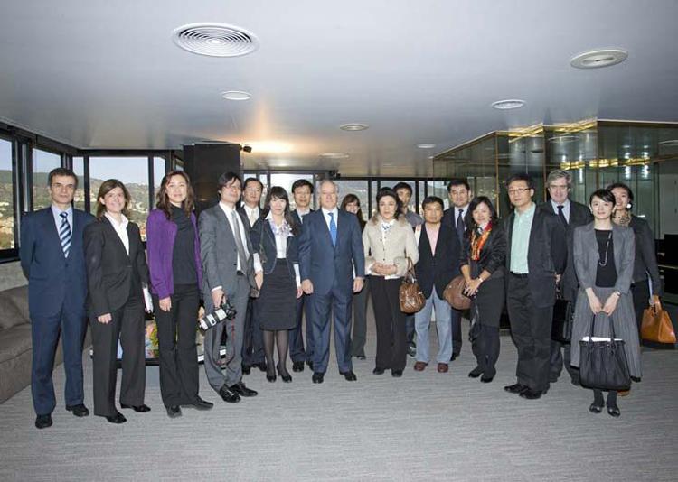 Foto de familia durante la visita de los Futuros Líderes Chinos a la Caixa.