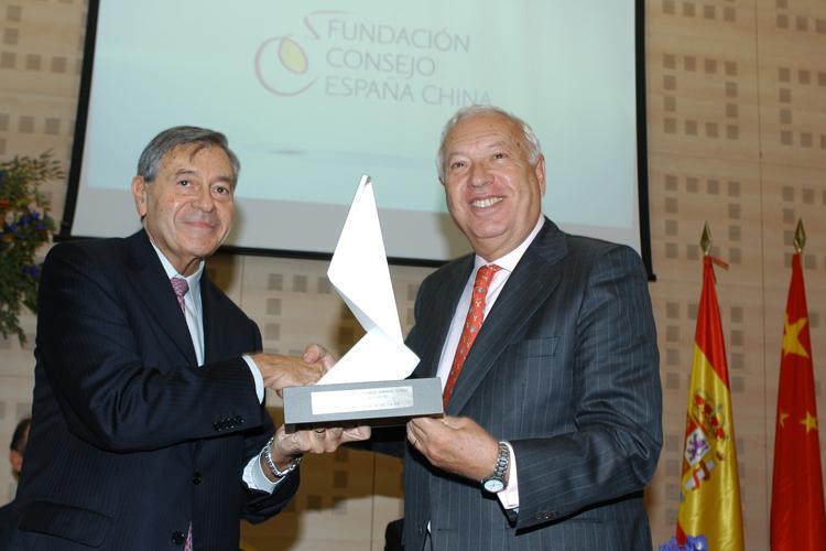 Pedro Nueno recibe el premio de la Fundación Consejo España China de manos del ministro de Asuntos Exteriores y Cooperación.