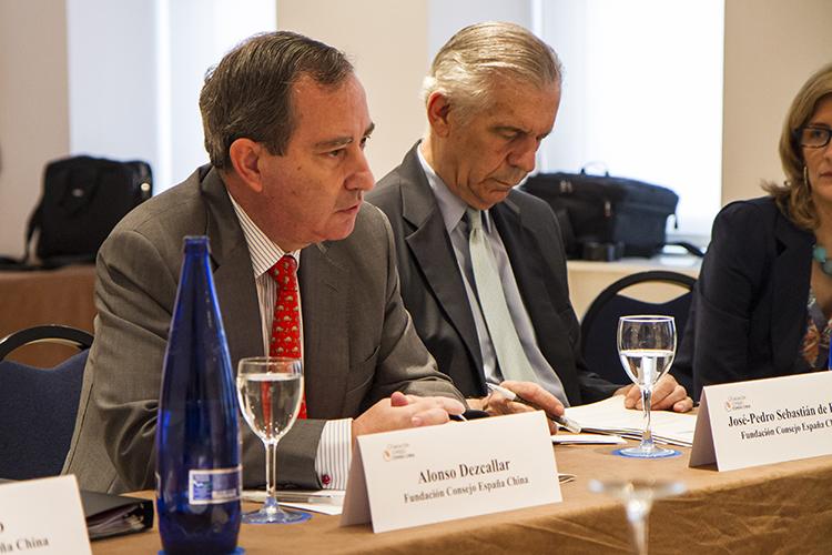 Alonso Dezcallar, secretario general de la FCEC, se dirige a los participantes. A su lado, José-Pedro Sebastián de Erice