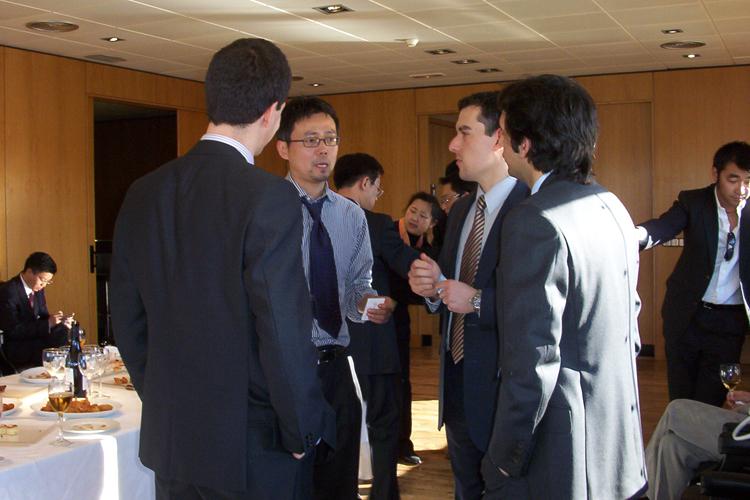 Los Futuros Líderes Chinos visitaron las oficinas de Indra, patrono de la FCEC.