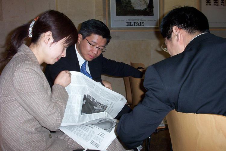 Los Futuros Líderes Chinos durante su visita al diario El País.