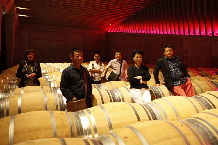 Los líderes chinos durante su visita a la bodega.