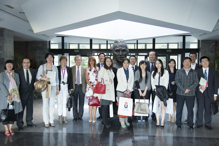 Foto de familia de los Futuros Líderes Chinos durante la visita.