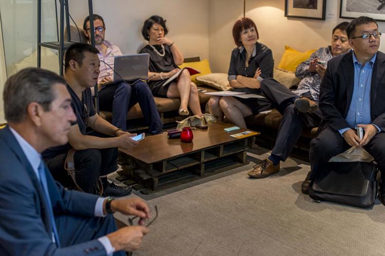 Imagen de la reunión con los bloggers de Madrid Diferente.