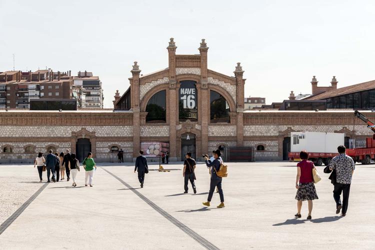 Fachada de una de las naves del Matadero Madrid.